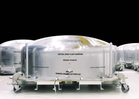 <div class='beschrijving'><span class='titel'>golden eye I - outer space</span><br> PHOTOGRAPHY 67 X 102 CM (ED.6) AND 132 X 202 CM (ED.6)</div>