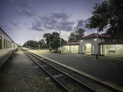 <div class='beschrijving'><span class='titel'>ONE STATION - Victoria Falls Station</span><br> PHOTOGRAPHY 123,8 X 165 CM (ED.6) AND 172 X 229,3 CM (ED.6)</div>
